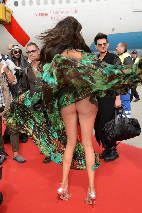 Yasmine Petty a její neposedné šaty.
