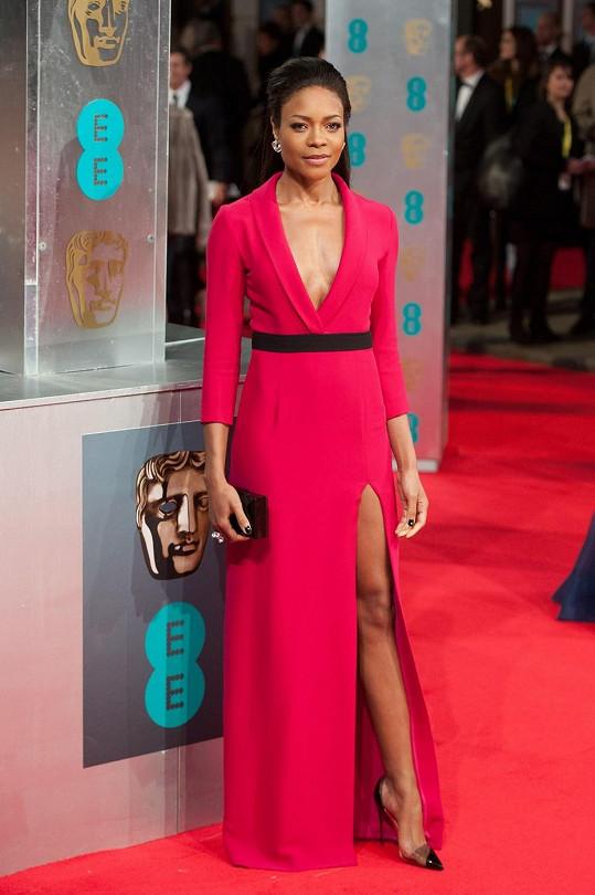 Hvězda životopisného filmu o Mandelovi, herečka Naomie Harris, provokovala dekoltem a rozparkem šatů z módního domu Gucci.