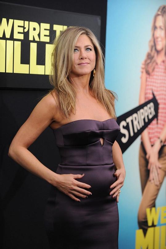 Jennifer Aniston se z toho nevyvleče, bříško jí prostě roste.