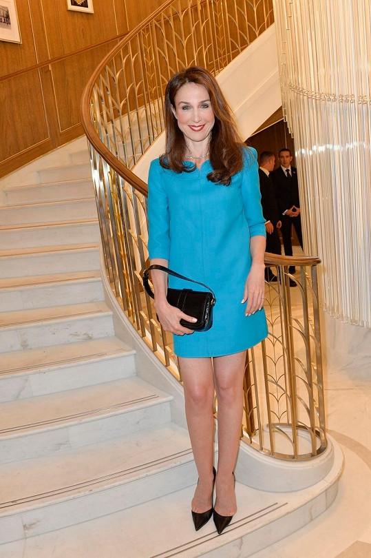 Francouzská televizní a divadelní herečka Elsa Zylberstein zvolila nejspíš z obdivu ke svému hostiteli tyrkysový minimalistický model s tříčtvrtečními rukávy, který barevně odkazoval na ikonickou krabičku Tiffany.