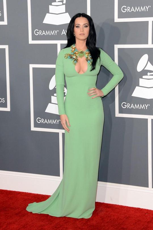 Jeden z komentátorů se prý měl problém Katy Perry dívat do očí. Není divu, neboť veškerá pozornost u róby z Resort kolekce Gucci je zaměřena na výstřih ve tvaru klíčové dírky zdobený korálky.