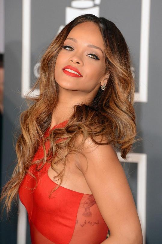 K róbě zpěvačka zvolila dlouhé vlasy.