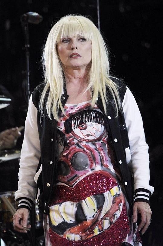 Blondie nezanevřela na divoké kostýmy a paruky.