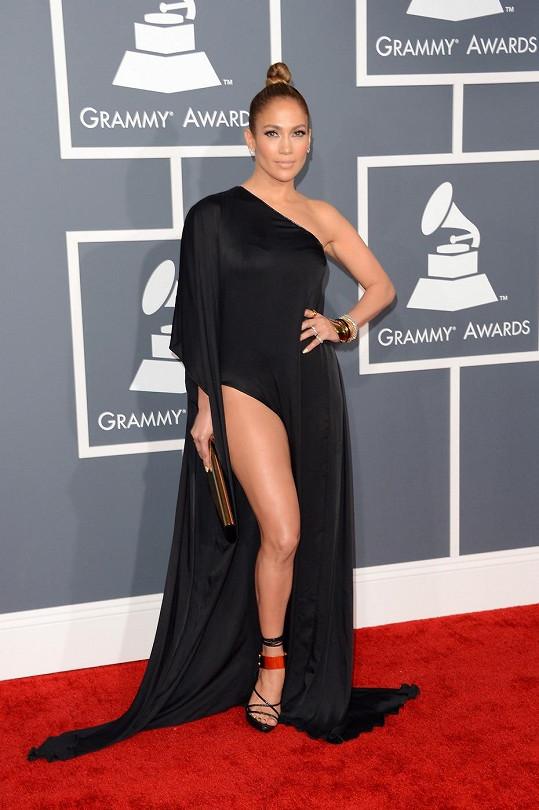 Tato kreace se Jennifer Lopez příliš nepovedla. Extrémně vysoký rozparek šatů od Anthonyho Vaccarella působí disproporčně. Celý model evokuje černé divadlo, kde hraje zpěvaččina levitující noha ozdobená střevíci od Toma Forda hlavní roli.