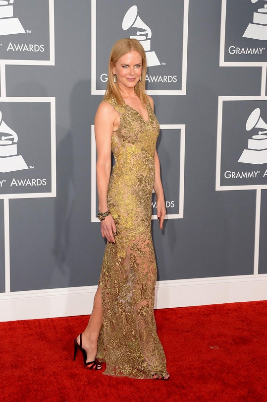 Australská herečka Nicole Kidman nechala nahlédnout na bledou pokožku přes transparentní, zlatem vyšívanou róbu od Very Wang. Největším skvostem byl ale náramek ve tvaru hada z devatenáctého století a pyramidové perlové náušnice.