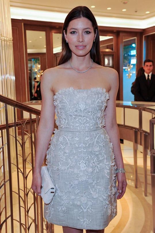 Herečka Jessica Biel oblékla model od svého oblíbeného návrháře Giambattisty Valliho. V korzetových minišatech bez ramínek zdobených květy vypadala manželka Justina Timberlaka velmi jemně.
