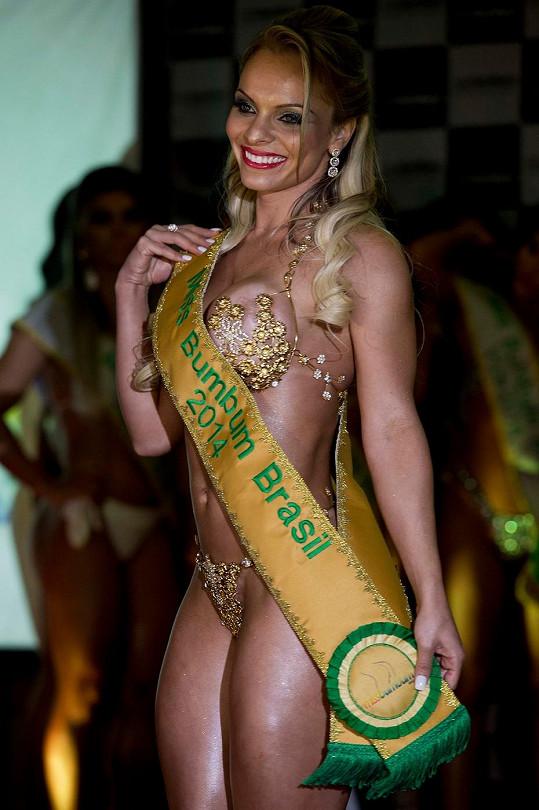 Vítězka zazářila ve zlatých mini plavkách.