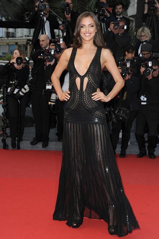 Irina Shayk dorazila na premiéru ve vyzývavém modelu.