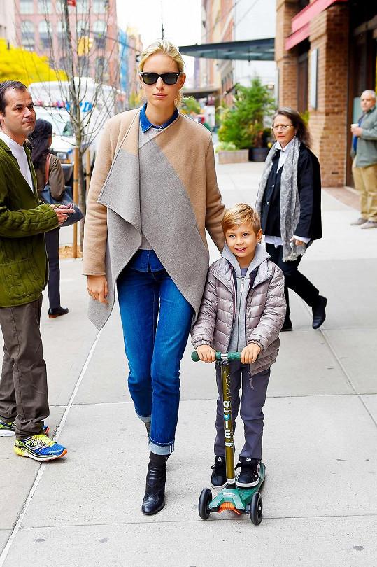 Karolína Kurková na procházce se synem Tobinem