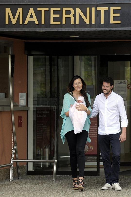 Princ Félix s manželkou Claire opouštějí nemocnici s dcerkou v náručí.