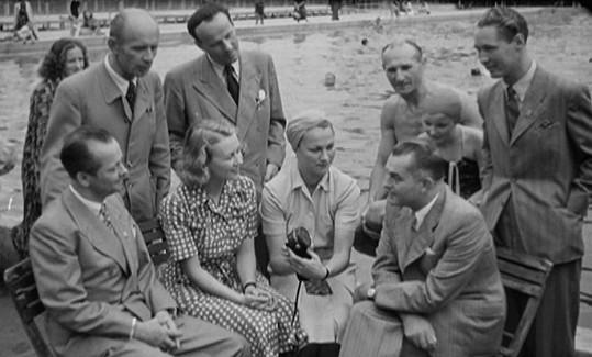 Willy Söhnel (uprostřed stojící) se stal po válce osudným nejen pro Adinu Mandlovou, ale hlavně pro Natašu Gollovou. Jiskra přeskočila na Filmových žních ve Zlíně v roce 1941.
