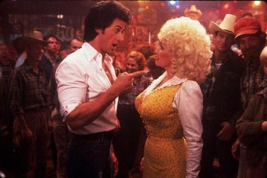 Vosím pasem a ňadry dmoucími fascinovala už před lety Sylvestera Stalloneho.