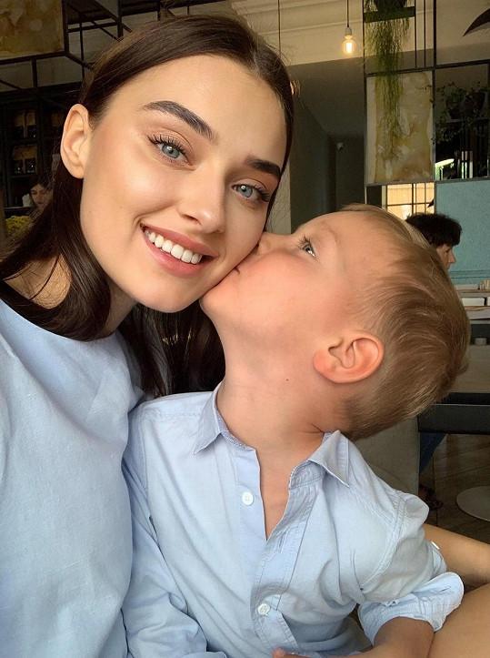Didusenko je rozvedená a má pětiletého syna, ovšem podepsala prohlášení o tom, že vdaná nebyla a nemá děti. Tudíž porušila pravidla.