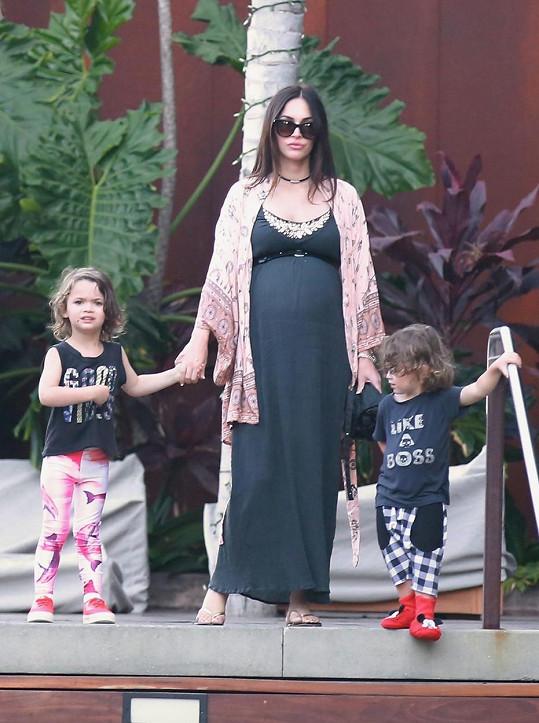 Těhotná Megan Fox se svými syny Noahem a Bodhim