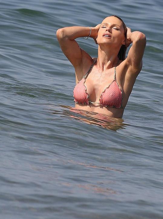 Michelle nepotřebuje žádné počítačové triky, aby v plavkách vypadala dokonale.