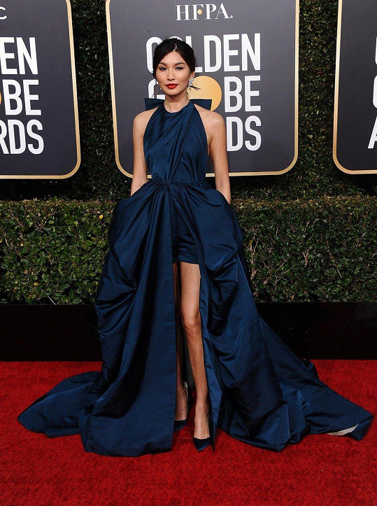 Atelier Valentino oblékl do svého couture modelu nejen Lady Gaga, ze stejné podzimní kolekce čerpala i Gemma Chan, která dala přednost tmavší róbě v námořnické modré.
