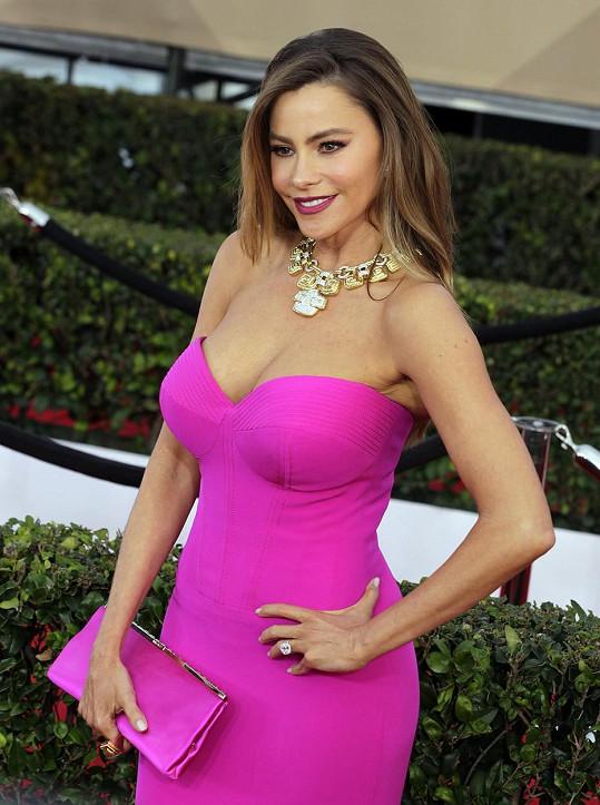 Sofia si i po čtyřicítce může dovolit šaty ve stylu barbíny.
