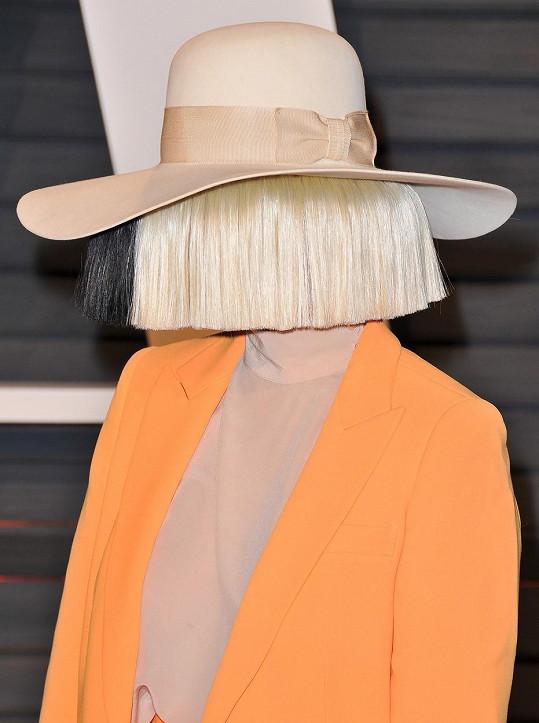 Na veřejnosti vystupuje zpěvačka převážně v paruce, která jí zakrývá tvář.