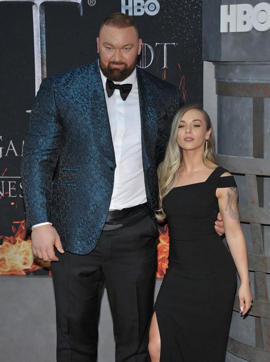 Svou drobnou ženu převyšuje o 49 centimetrů.