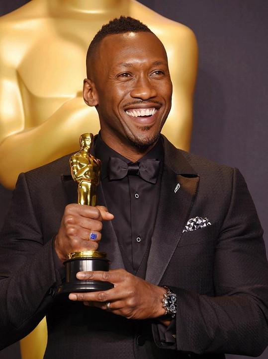 Ali v neděli převzal Oscara za nejlepší herecký výkon ve vedlejší roli.