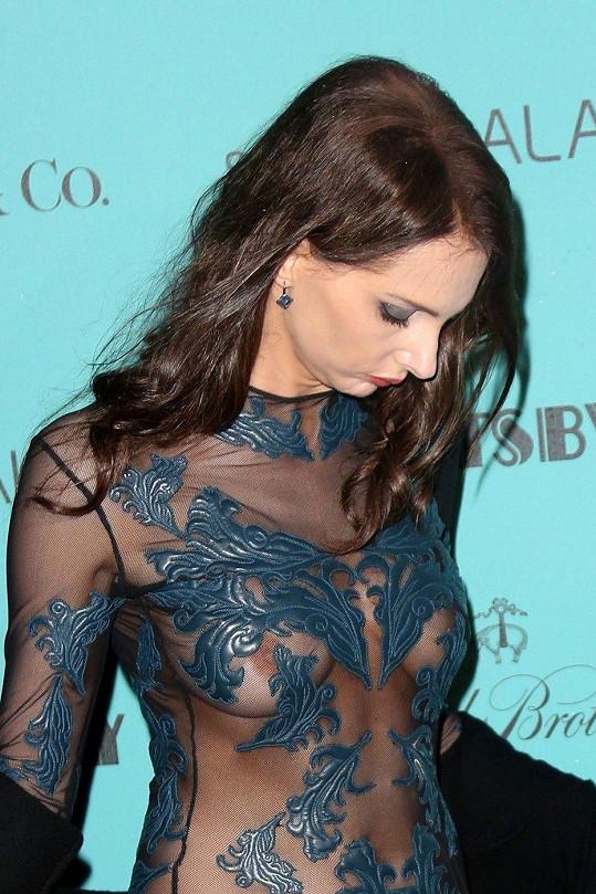 Frédérique Bel v rafinovaných šatech předvedla své intimní partie.