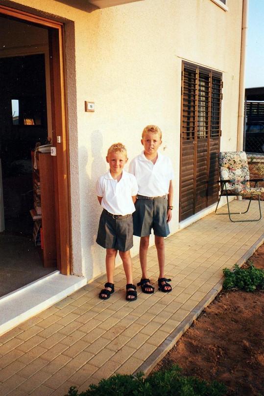 Tom Staniford v dětství (vpravo)