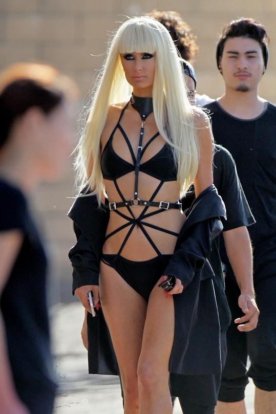 Paris Hilton vsadila na bondáž a paruky.