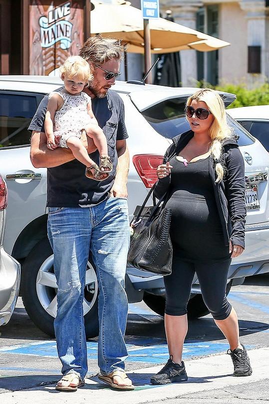 Ještě těhotná Jess, její dcera a snoubenec