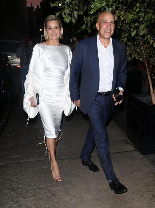 Yolanda Hadid dorazila s novým partnerem Josephem Jingolim na galavečer organizace na výzkum lymské boreliózy. Onemocněním si sama prošla.