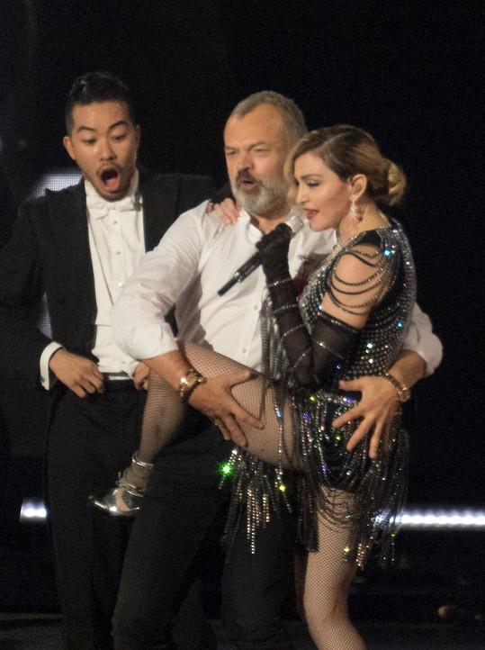 Madonnu na koncertě překvapil Graham Norton.