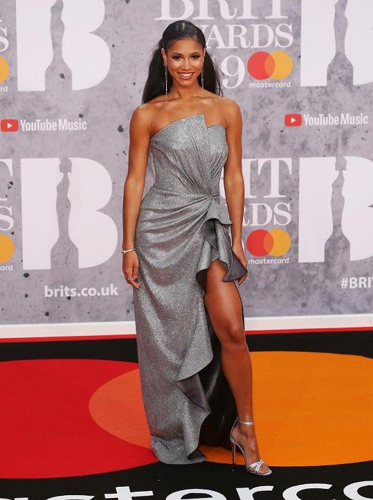Asi největší parádu na Brit Award předvedla Vick Hope v architektonicky řešeném metalickém modelu, se kterým ladilo i obutí.