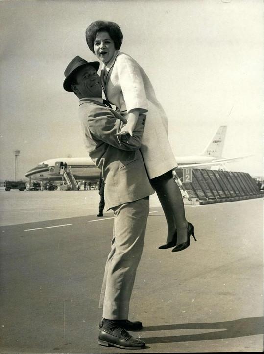 Malá slečna Dynamit s Eddym Constantinem na letišti Paříž-Orly v roce 1962