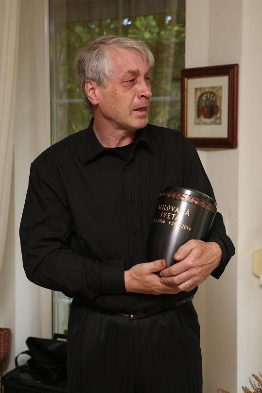Josef Rychtář pózoval s urnou Ivety Bartošové.
