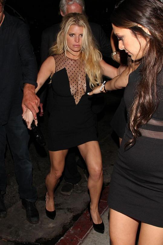 Jessica nevypadala při odchodu z párty vůbec nadšeně.