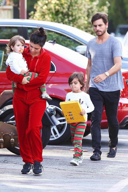 Kourtney Kardashian s manželem Scottem Disickem a jejich dvěma dětmi musejí dočasně bydlet na hotelu.