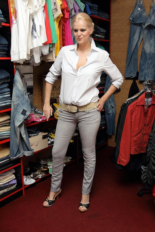 Ornella si pořídila nové džíny i botičky.