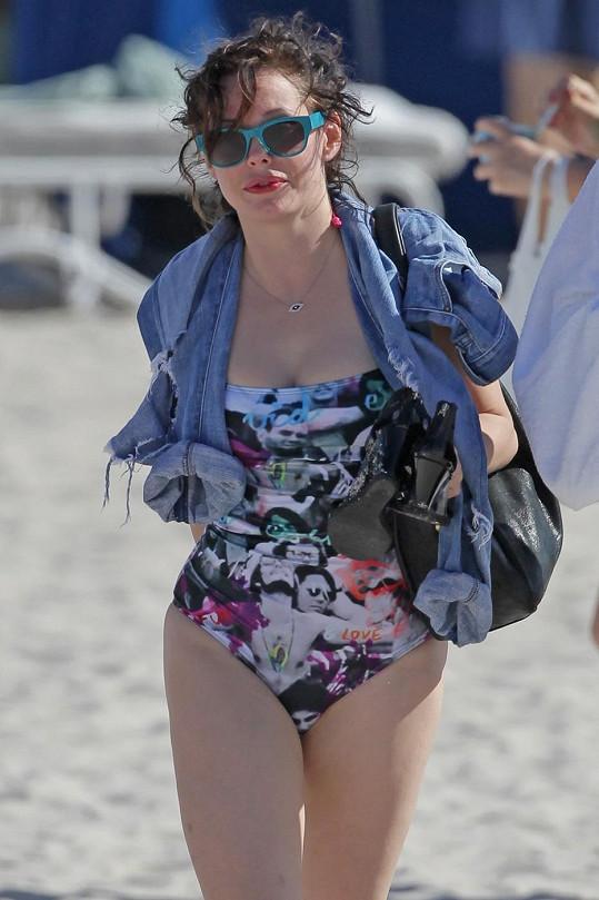 Herečku občas zastihnou na pláži i lovci slavných.
