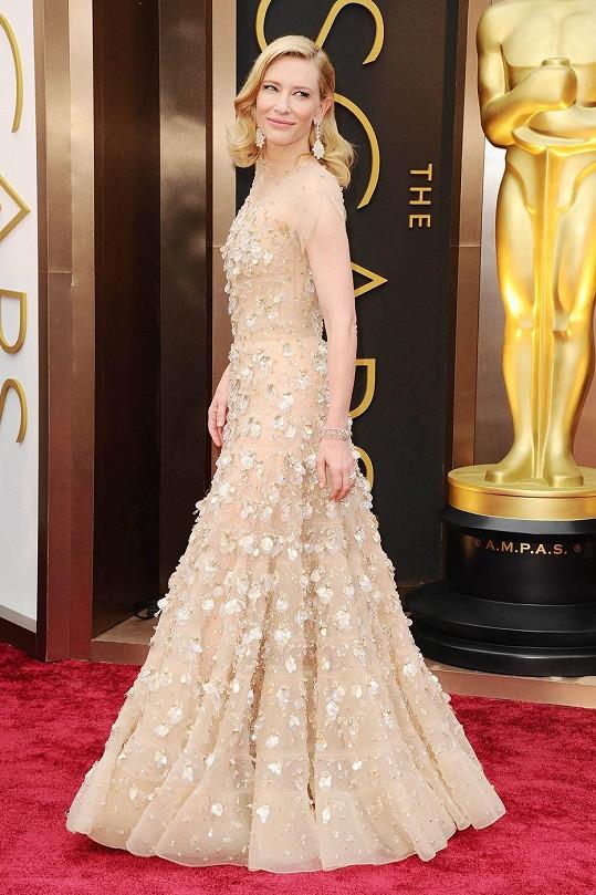 Jako by si snad Cate Blanchett byla jistá, že si odnese zlatou sošku, když si pro tento večer oblékla bohatě zdobenou róbu Giorgio Armani. Všimněte si, jak je iluzivně řešený dekolt šatů. Herečka si na závěr večera postěžovala, že jsou šaty pořádně těžké.