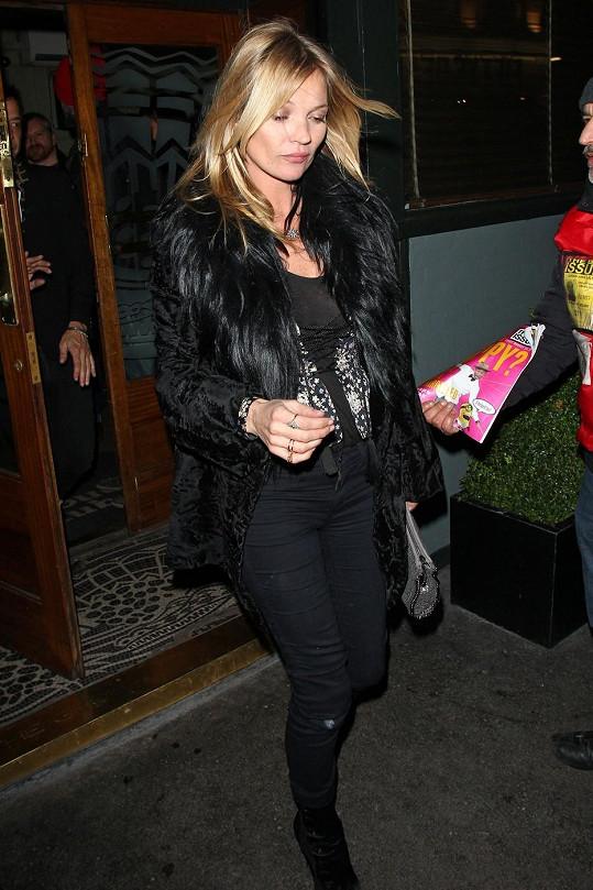Kate Moss na nočním tahu po barech.