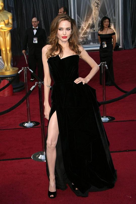 Slavné šaty Angeliny Jolie na loňských Oscarech.