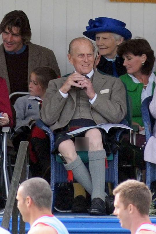 Princ Philip na chvíli zapomněl, co (ne)má na sobě...