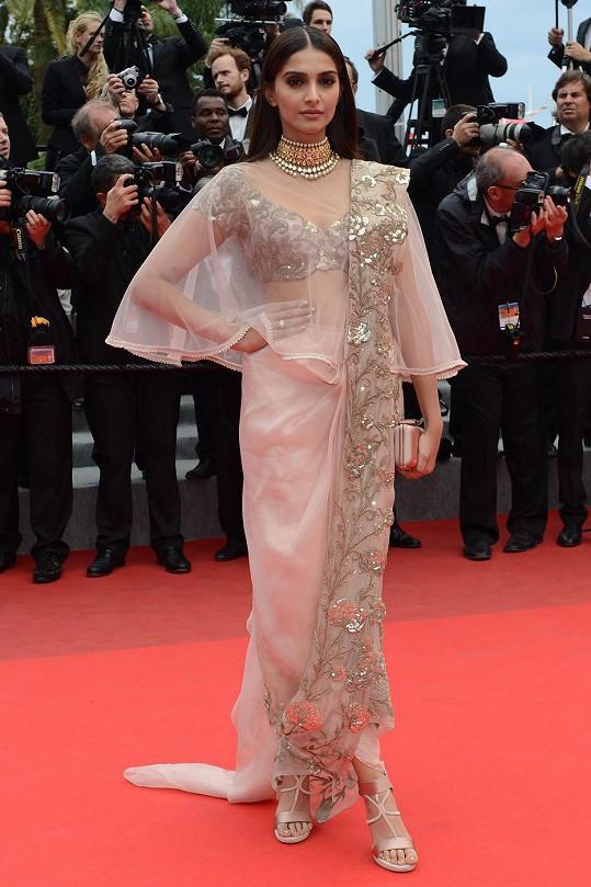 """Moderní provedení tradičního sárí od indické návrhářky Anamiky Khanna předvedla před premiérou snímku """"Foxcatcher"""" herečka Sonam Kapoor."""