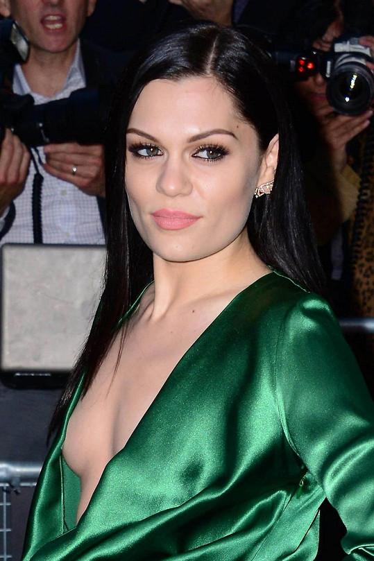 U Jessie J ještě gravitace nezafungovala.