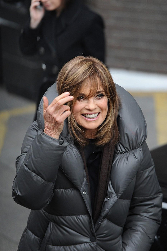 Linda Gray vypadá lépe než ve třiceti. Ruce však věk prozrazují.