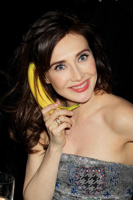 Během slavnostní večeře sehrála Caprice fotografům hereckou etudu s banánem.