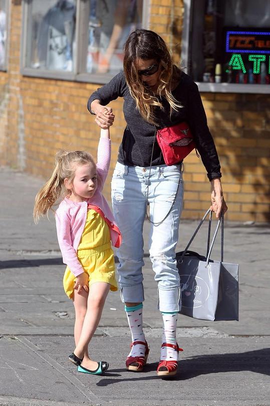 Sarah vede svou dceru Tabithu do školky.