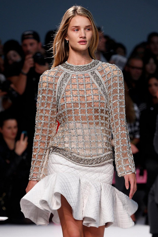 Rosie Huntington-Whiteley na přehlídce Balmain.