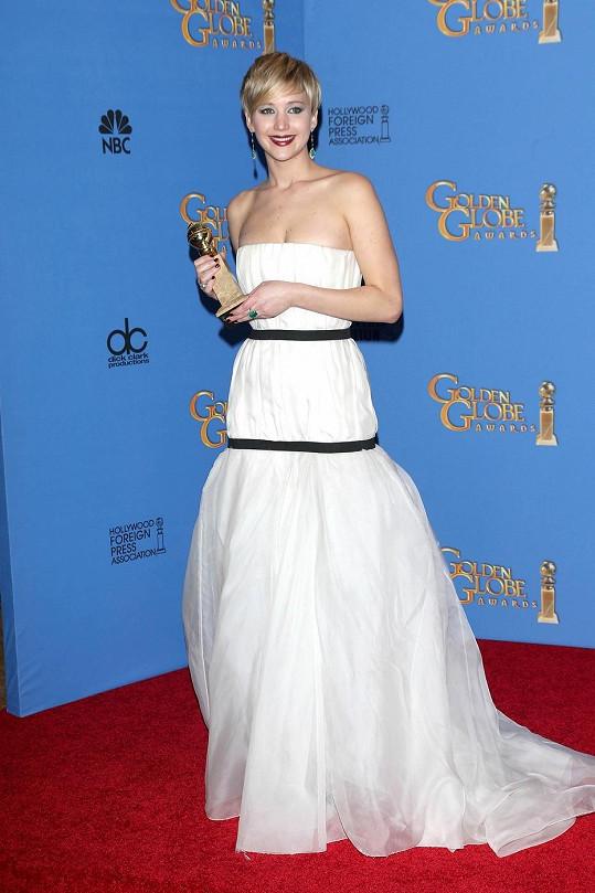 Pro Jennifer Lawrence byla nedělní noc úspěšná. Pro její šaty už méně.