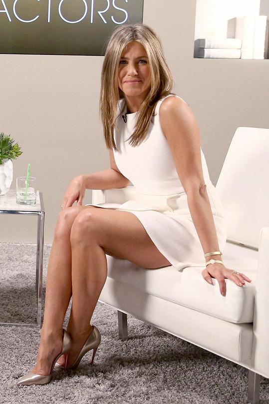 Jennifer to v krátkých bílých šatech moc slušelo.