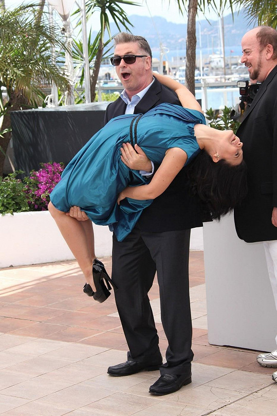Hilaria nestačila na odvátou sukni zareagovat včas.